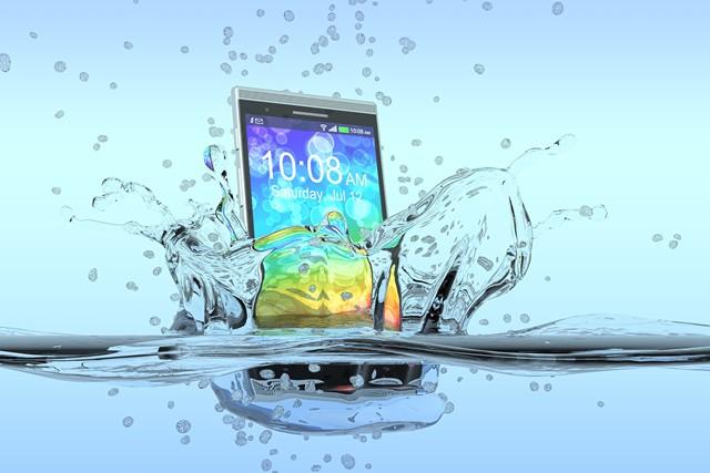 Что делать, если смартфон упал в воду