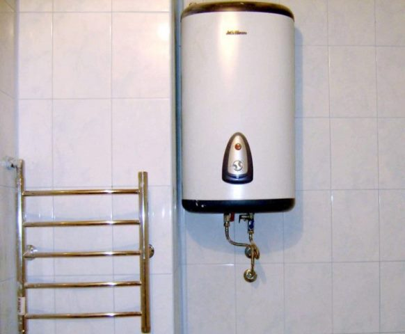 Накопительный водонагреватель на стене
