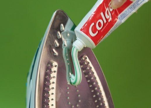 Почистить утюг зубной пастой