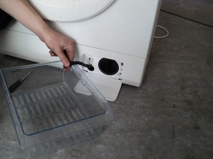 Где располагается сливной фильтр в стиральной машине