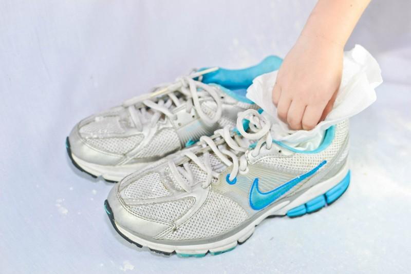 Для просушивания кроссовок рекомендуется набить их белой бумагой