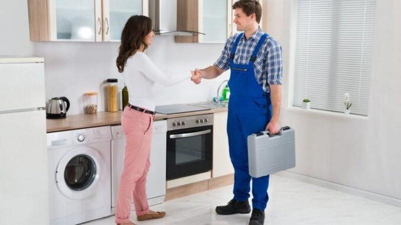 Специалист найдет причину поломки холодильника и устранит ее