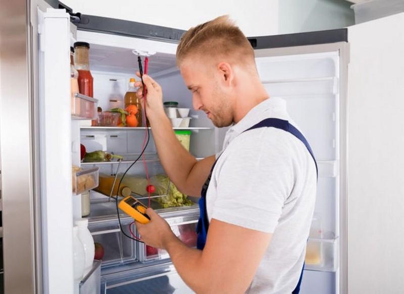 При серьезных поломках холодильника лучше довериться мастеру