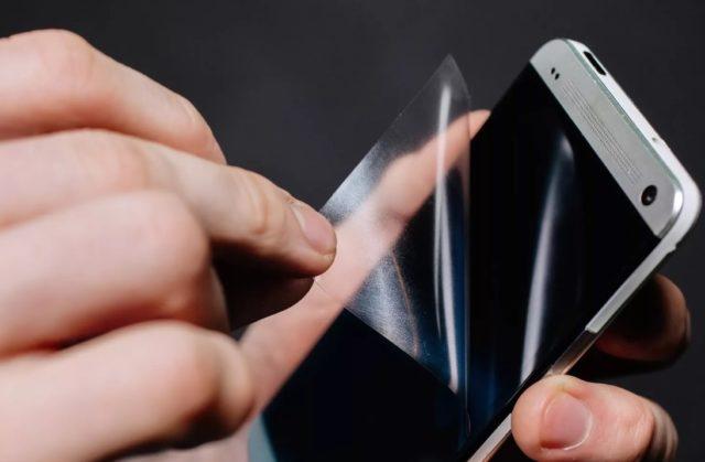 Что лучше клеить на смартфон — защитную пленку или стекло