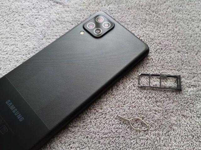 Слот для сим-карт и карты памяти на Samsung Galaxy A12